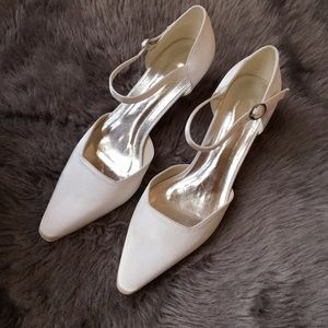 Vintage white pointed kitten heels.